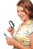 La fille de sourire examine un par la carte de crédit Photos stock