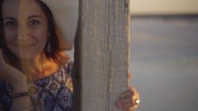 La fille de sourire heureuse appréciant le soleil, danse et rires, flirte avec vous clips vidéos