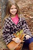 La fille de sourire mignonne avec le sac plein de l'érable part photos libres de droits