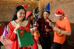 La fille de sourire obtiennent le cadeau de Noël de surprise Photographie stock