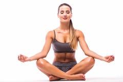La fille de sport détendent dans la pose de yoga après la formation photos stock