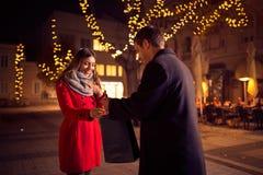 La fille de surprise reçoit un présent de son ami Photo libre de droits