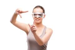 La fille de techno appuyant sur le bouton virtuel d'isolement sur le blanc Photo libre de droits