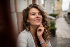 La fille de touristes attirante de sourire prenant le selfie a tiré sur un trottoir Photo stock