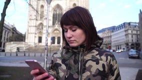La fille de touristes marche et regarde des attractions dans la ville de Bruxelles Belgique banque de vidéos