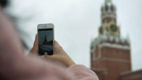 La fille de touristes prend des photos de téléphone portable de point de repère historique sur la place rouge clips vidéos