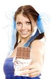 La fille de tresses proposent le chocolat images libres de droits