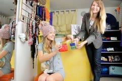 La fille de vendeur donne aux bonbons à un propriétaire Photographie stock