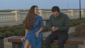 La fille demande à l'homme de cesser d'utiliser le smartphone clips vidéos