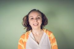 La fille a des problèmes de cheveux Femme adolescente ayant le problème avec les cheveux ébouriffés embrouillés Concept de problè photo libre de droits