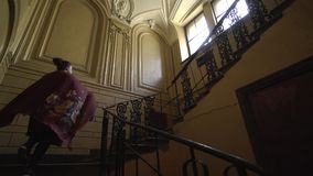 la fille descend les escaliers clips vidéos