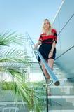 La fille descend les escaliers Image libre de droits