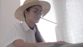 La fille dessine dans un café clips vidéos