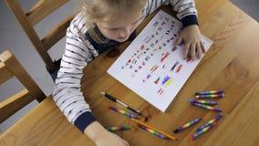 La fille dessine des drapeaux avec des crayons clips vidéos