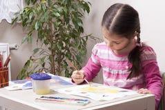 La fille dessine des peintures images libres de droits