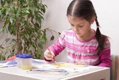 La fille dessine des peintures photos stock