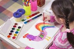 La fille dessine des peintures photo libre de droits