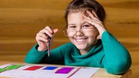 Fille 8-11 ans peignant des peintures Photographie stock libre de droits