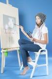 La fille dessine la photo de peintures Images stock