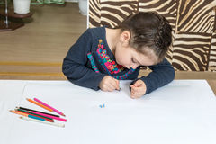 La fille dessine le crayon Photo libre de droits
