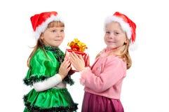 La fille donne à l'amie un cadeau Images stock