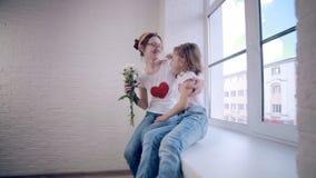 La fille donne à maman le bouquet des fleurs clips vidéos
