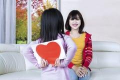 La fille donne à sa mère une carte de voeux Image libre de droits