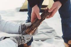 La fille donne le bois de chauffage de type Photos libres de droits