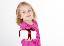 La fille donne un cadeau Photo stock