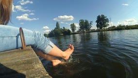 La fille donne un coup de pied dans l'eau clips vidéos