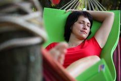 La fille dort dans un hamac photo libre de droits
