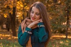 La fille douce se tient en parc et tient ses mains sous la fin de cheveux vos yeux Images stock