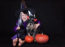 La fille drôle d'enfant a habillé le costume de sorcière avec le potiron Concept de vacances de Halloween photos libres de droits