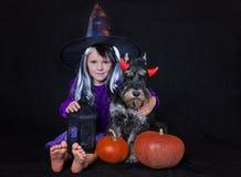 La fille drôle d'enfant a habillé le costume de sorcière avec le potiron Concept de vacances de Halloween images stock