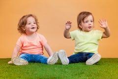 La fille drôle heureuse jumelle des soeurs jouant et riant Photos stock