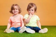 La fille drôle heureuse jumelle des soeurs jouant et riant Image stock