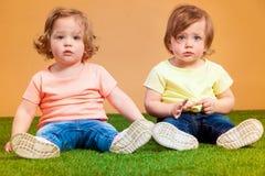 La fille drôle heureuse jumelle des soeurs jouant et riant Photo stock