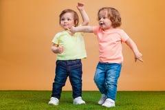 La fille drôle heureuse jumelle des soeurs jouant et riant Photographie stock libre de droits