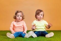 La fille drôle heureuse jumelle des soeurs jouant et riant Images libres de droits
