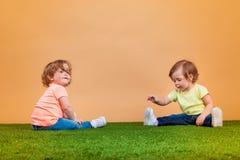 La fille drôle heureuse jumelle des soeurs jouant et riant Photo libre de droits