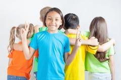 La fille drôle montre le geste de paix Photos libres de droits