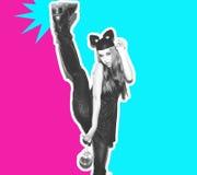 La fille drôle représente un petit chat ou souris La femme avec une coiffure lumineuse de maquillage et la nuit habillent des ore Photos stock