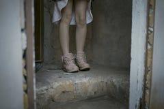La fille dramatique est froide images libres de droits