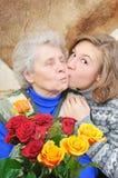 La fille a embrassé le grand-mère Images libres de droits