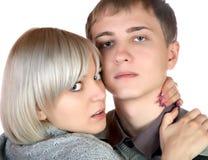 La fille embrasse le jeune homme Images libres de droits