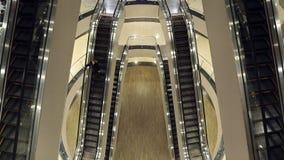 La fille en bas de l'escalator banque de vidéos