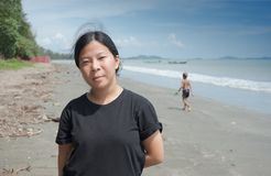 La fille en bonne santé apprécient à la plage en été photos libres de droits