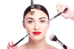 La fille en bonne santé gaie fait le maquillage facial image stock