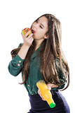 La fille en bonne santé avec de l'eau et la pomme suivent un régime le sourire sur le blanc Photo libre de droits