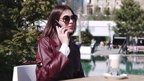 La fille en café près de la piscine une belle jeune femme dans le latte potable et à l'aide de café de café de son smartphone sou clips vidéos